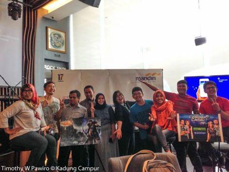 Para Blogger Agen Socmed Mandiri berfoto besama setelah meliput acara Kerjasama Bank Mandiri dengan Boku | Dokumentasi foto Mas Timothy